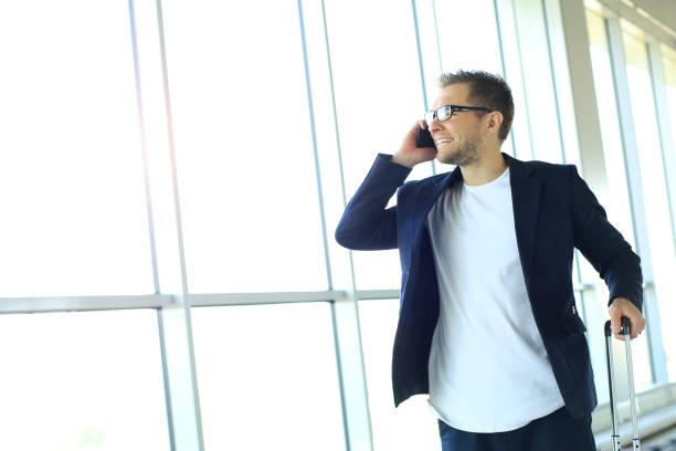 Junge Geschäftsleute telefonieren – Foto