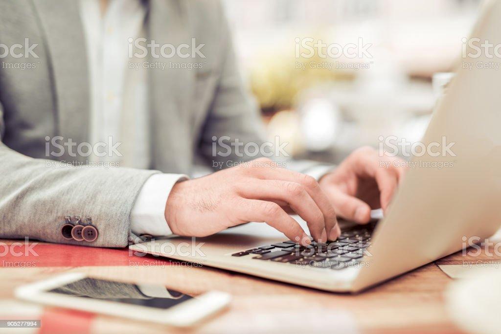 Junger Geschäftsmann mit seinem Laptop im café – Foto
