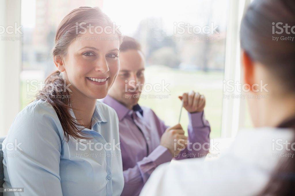 Junger Geschäftsmann mit weiblichen Kollegen im kreativ Büro – Foto