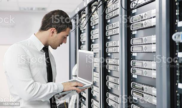 Junger Geschäftsmann Mit Laptop In Serverraum Stockfoto und mehr Bilder von Netzwerkserver