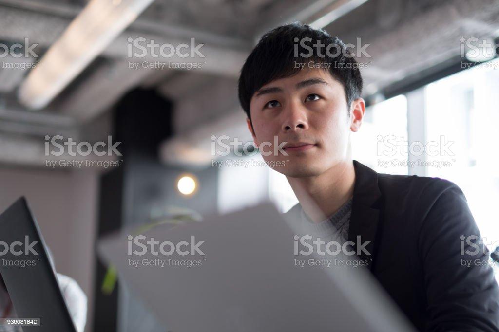 青年実業家が共同作業空間での作業 ストックフォト