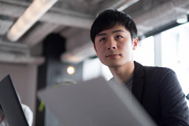 青年実業家が共同作業空間での作業 - 男 ストックフォトと画像