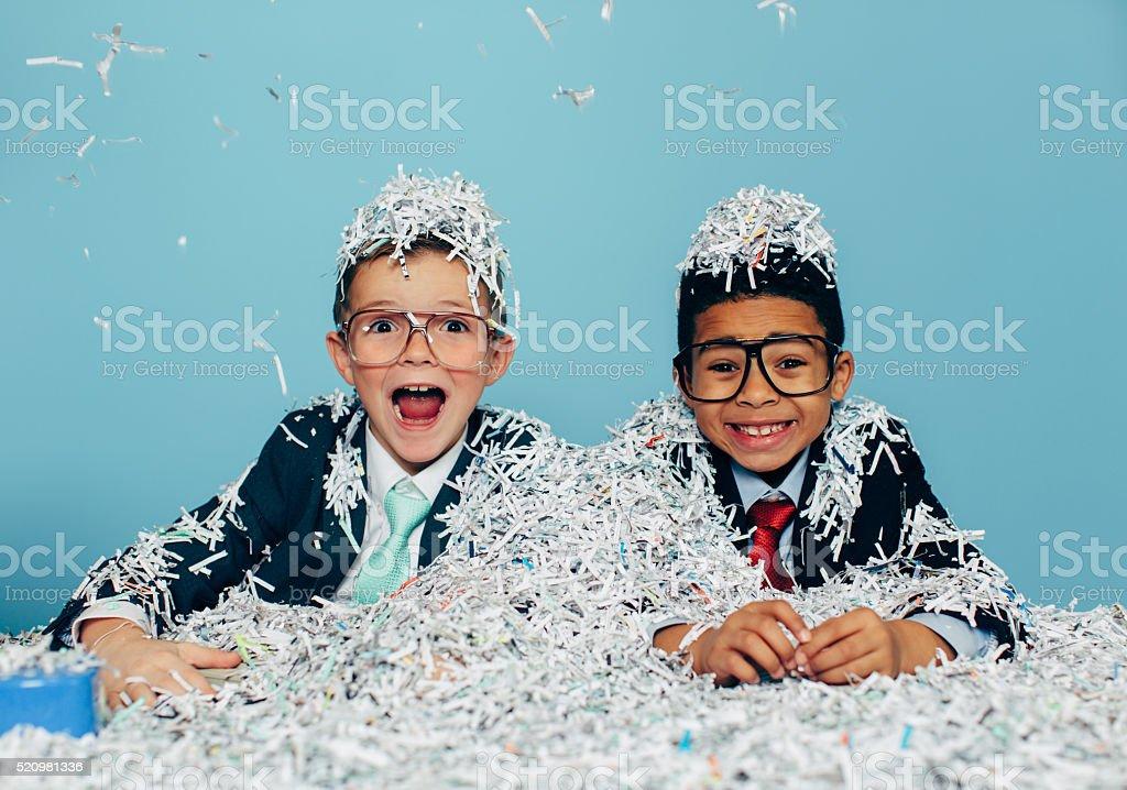 Jeunes hommes d'affaires s'amuser avec Papier déchiqueté - Photo