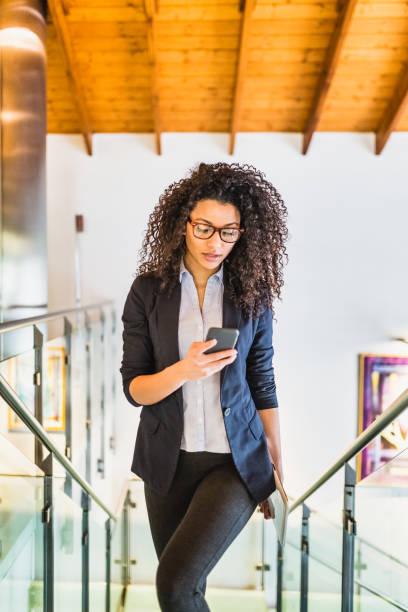 Junge Geschäftsfrau am Telefon – Foto