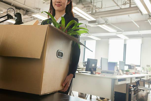 Junge Geschäftsfrau tragen eine Kiste im Büro – Foto