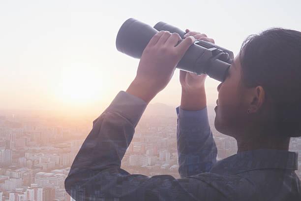 Junge Geschäftsfrau holding Ferngläser auf die Skyline von Peking – Foto