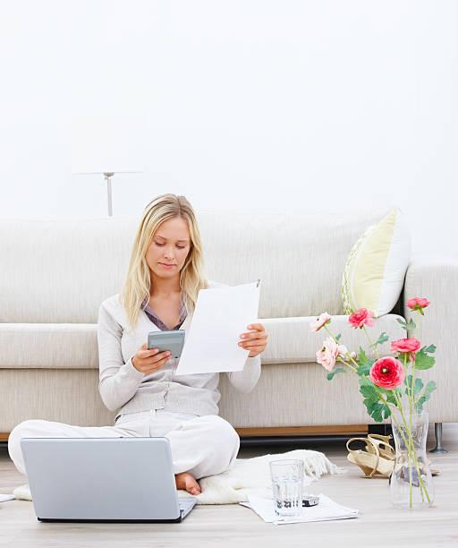 Junge Geschäftsfrau holding Papier und Rechner – Foto