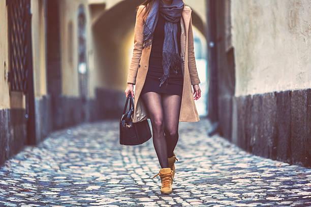 junge geschäftsfrau, die es eilig haben, zu fuß, auf dem - druck strumpfhosen stock-fotos und bilder