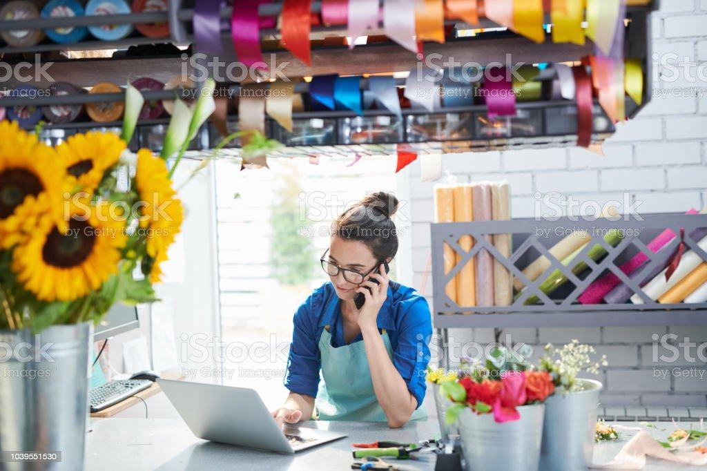 Jeune femme d'affaires dans le magasin de fleurs - Photo de Adulte libre de droits