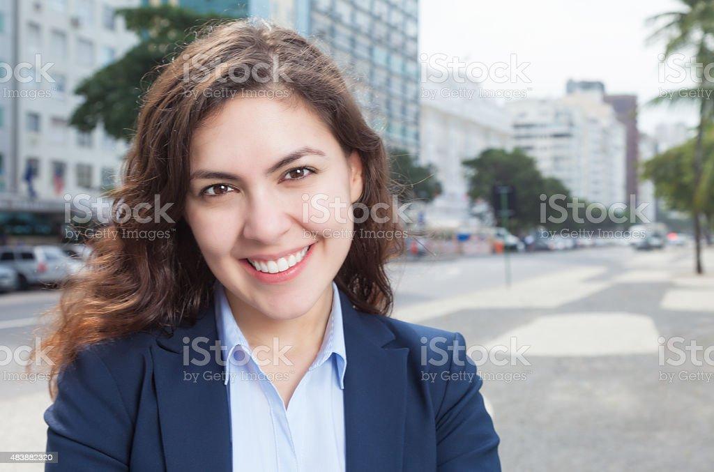 Joven mujer de negocios en la ciudad - foto de stock