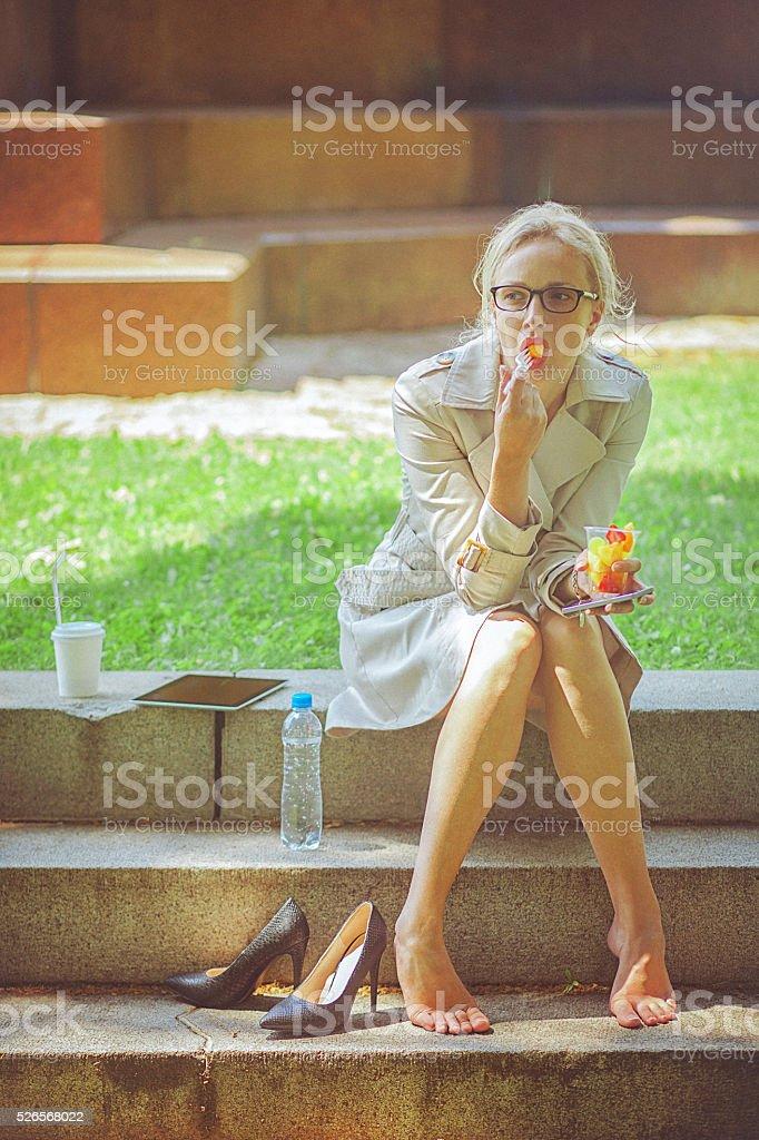 Молодая Деловая женщина на перерыв на обед в Парк стоковое фото