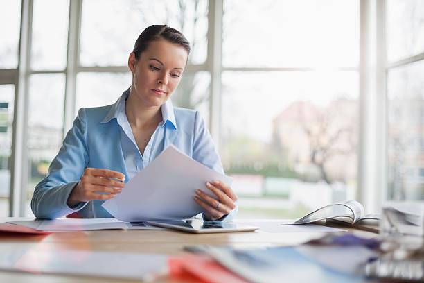 Junge Geschäftsfrau Lesung Dokument Schreibtisch – Foto