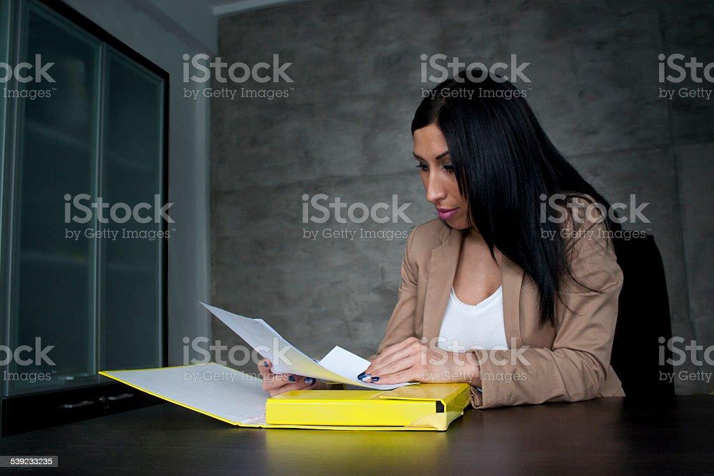 Jovem Empresária leitura do documento foto royalty-free