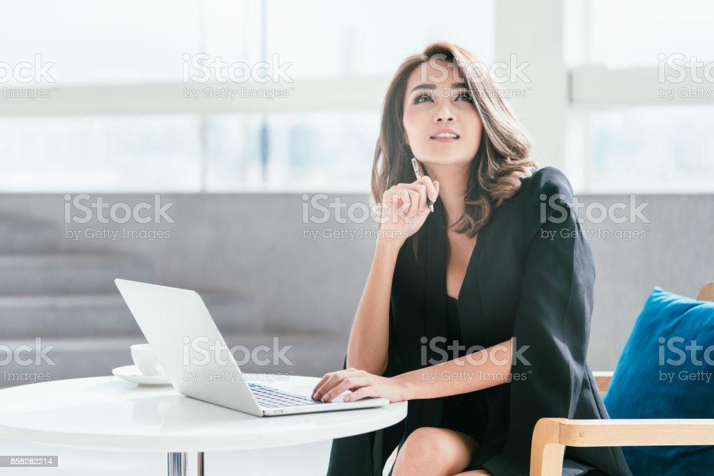 彼女の labtop と椅子に座って若い実業家。 ストックフォト