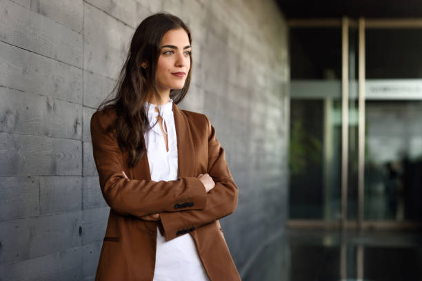 jonge zakenvrouw permanent buiten kantoorgebouw. - men blazer stockfoto's en -beelden