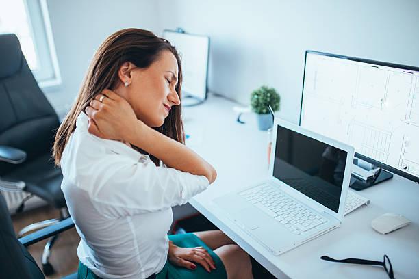 młodych bizneswoman cierpiące na ból szyi - postawa zdjęcia i obrazy z banku zdjęć