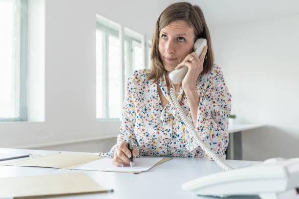 Junge Geschäftsfrau im Gespräch am Telefon – Foto
