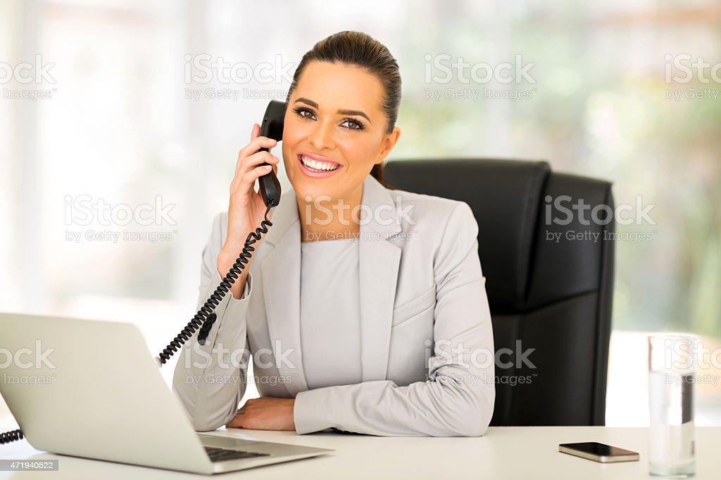 Jeune femme d'affaires parler sur Téléphone à fil - Photo