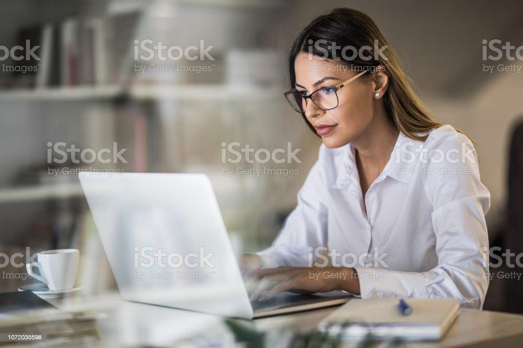 Junge Geschäftsfrau, schreiben eine E-mail auf Laptop zu Hause im Büro. - Lizenzfrei Arbeiten Stock-Foto