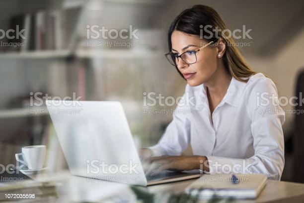 Junge Geschäftsfrau Schreiben Eine Email Auf Laptop Zu Hause Im Büro Stockfoto und mehr Bilder von Arbeiten