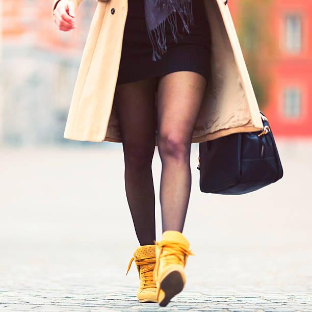 junge geschäftsfrau zu fuß auf der straße - druck strumpfhosen stock-fotos und bilder