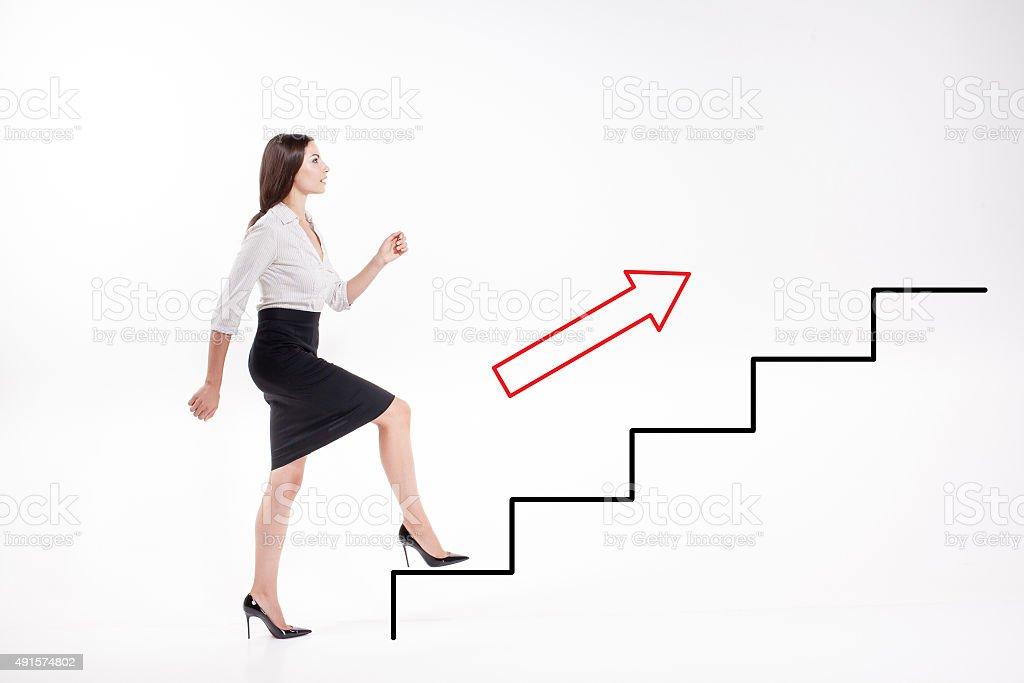 Jovem Empresária subir escadas - foto de acervo