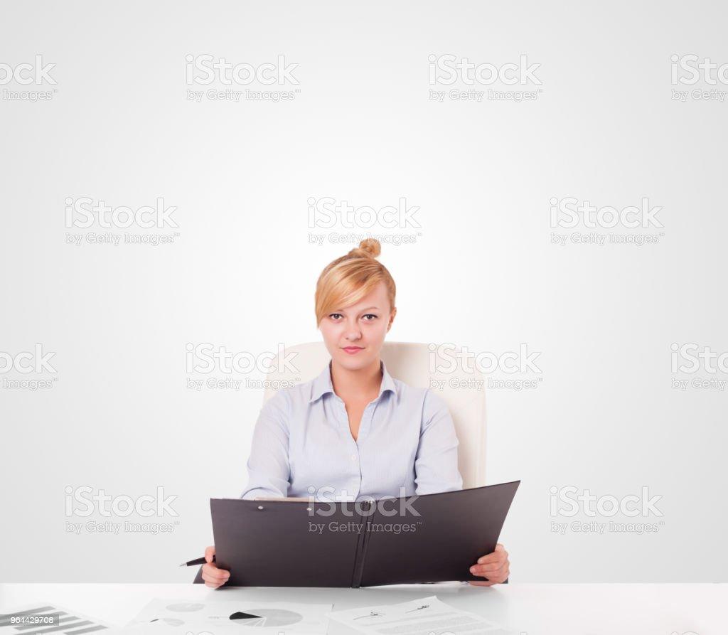 Jovem mulher de negócios com espaço simples cópia branco - Foto de stock de Adulto royalty-free