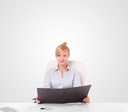 Foto de Jovem Mulher De Negócios Com Espaço Simples Cópia Branco e mais fotos de stock de Adulto
