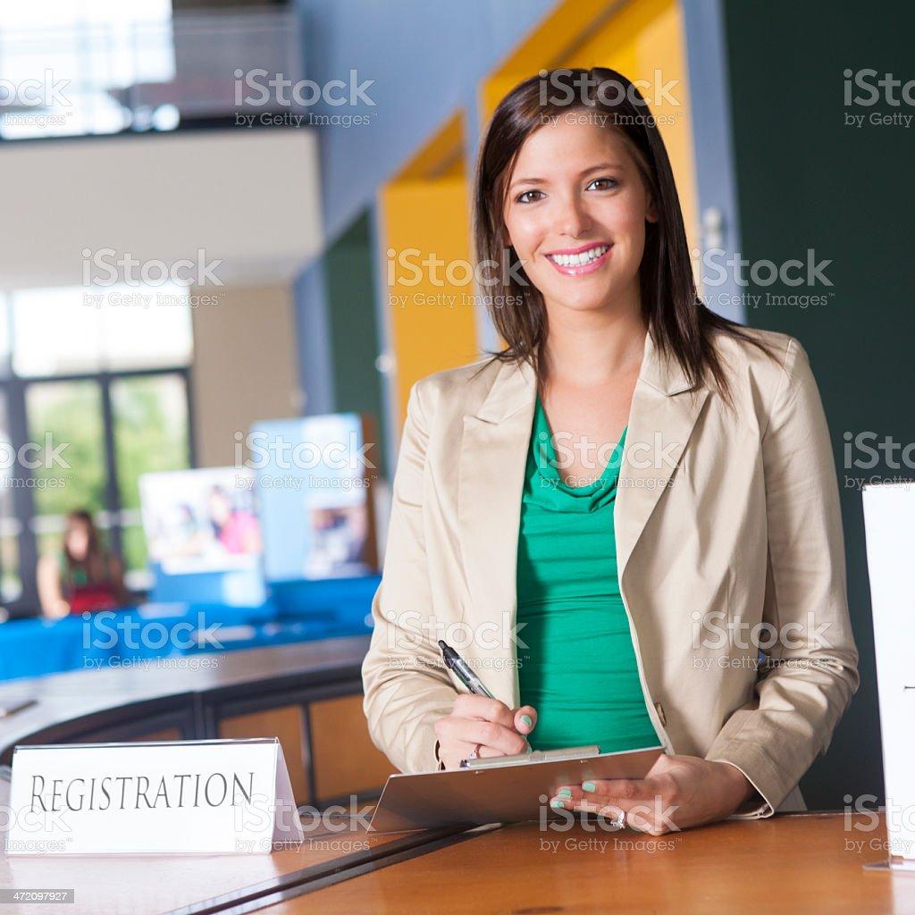 Junge Geschäftsfrau Arbeiten an Rezeption für job fair – Foto