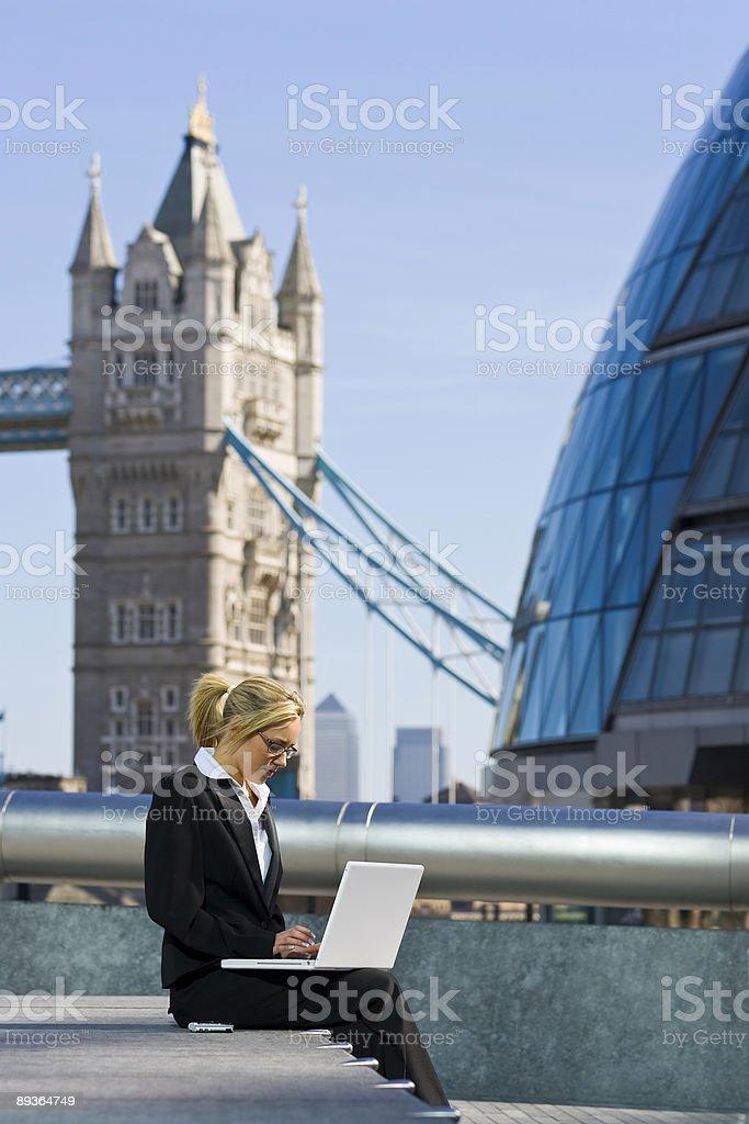 Giovane donna d'affari che lavorano su Computer portatile a Londra foto stock royalty-free