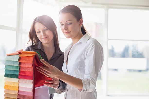 Junge Geschäftsfrauen Sie-Einsätze im Büro – Foto