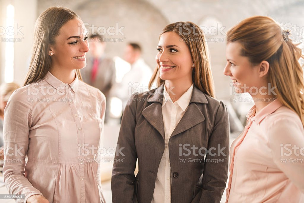 Jóvenes mujeres de negocio comunicación. foto de stock libre de derechos