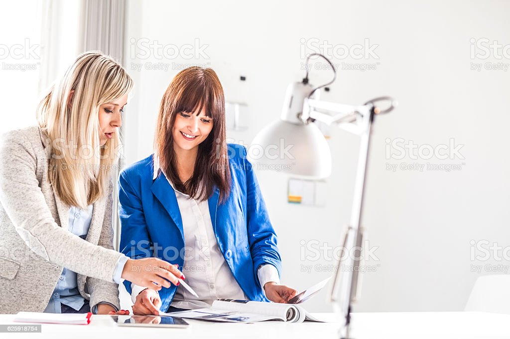 Young businesswomen discussing together in office – Foto