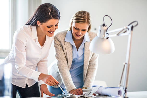 Young businesswomen reading brochure in office – Foto