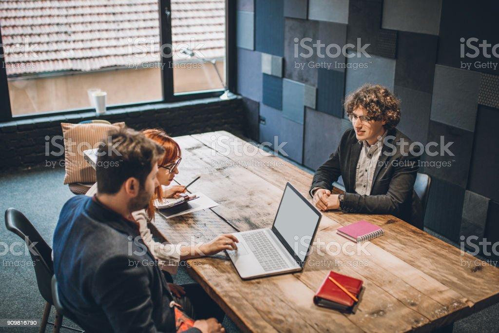 Junger Bewerber im Vorstellungsgespräch nervös – Foto