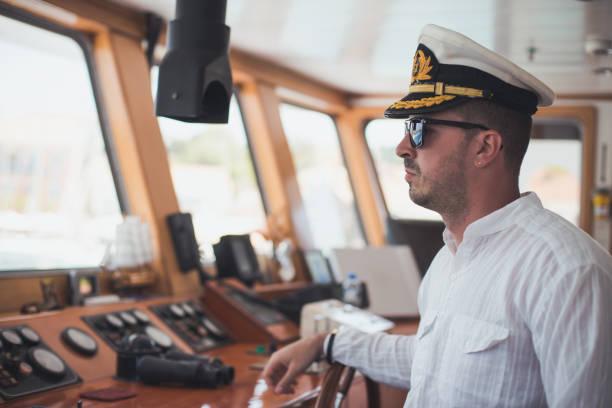 Jeune direction de Capitaine de bateau - Photo