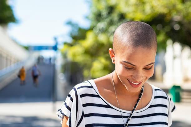 giovane donna spensierata sorridente - guardare verso il basso foto e immagini stock