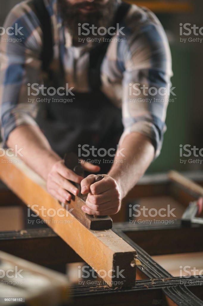 Junge Tischler bei der Arbeit in der Werkstatt – Foto
