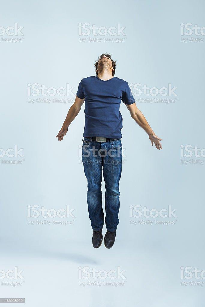 Junge legerer Mann springen – Foto