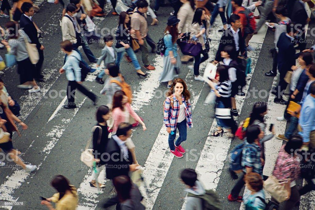 白人の少女は笑みを浮かべて東京群衆の中に混乱の losted ロイヤリティフリーストックフォト