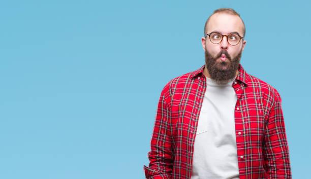 junge hipster kaukasischen mann mit brille über isolierte hintergrund machen fisch gesicht mit lippen, verrückte und komische geste. lustige ausdruck. - ausgefallene mode für mollige stock-fotos und bilder