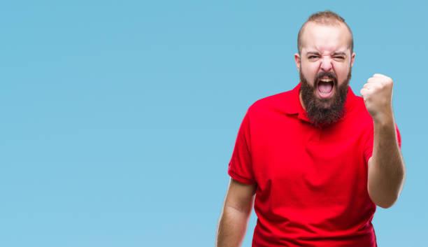 junge hipster kaukasischen mann trägt rotes hemd über isoliert hintergrund wütend und verrückt anhebung faust, frustriert und wütend und schrie vor wut. wut und aggressive konzept. - ausgefallene mode für mollige stock-fotos und bilder