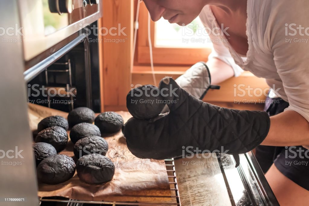 Young caucasian sad woman taking burnt bread - Royalty-free Adulto Foto de stock