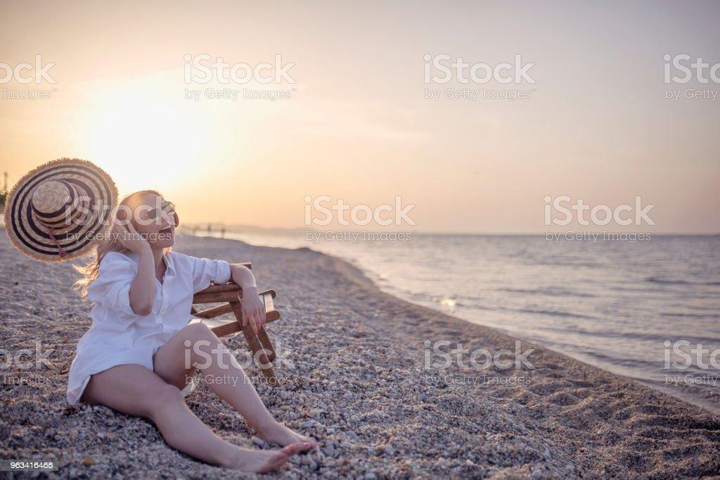 Jeune femme caucasienne profiter à la plage - Photo de 30-34 ans libre de droits