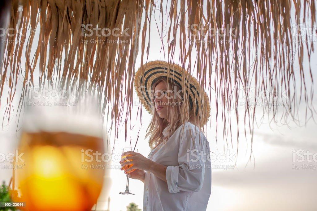 Młoda kaukaska kobieta ciesząca się na plaży - Zbiór zdjęć royalty-free (30-34 lata)
