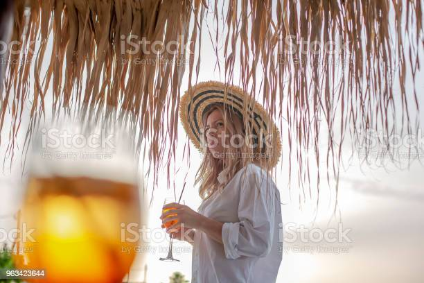 Młoda Kaukaska Kobieta Ciesząca Się Na Plaży - zdjęcia stockowe i więcej obrazów 30-34 lata