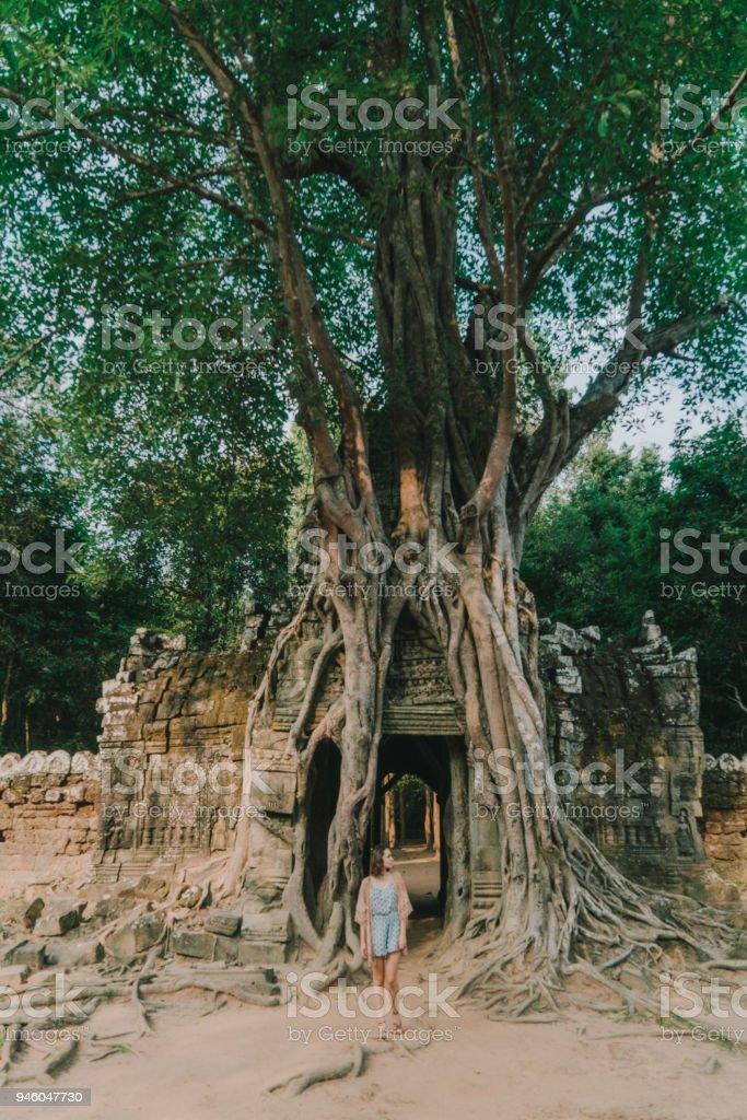 Jeune femme de race blanche dans le temple d'Angkor - Photo