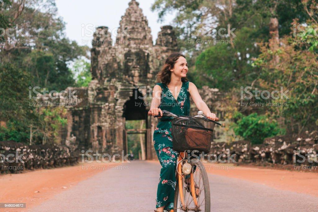 Jeune caucasien femme vélo à Angkor Wat - Photo