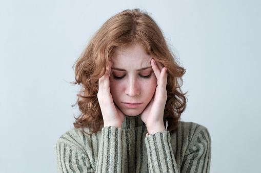 흰색 배경 위에 고통에 머리를 들고 붉은 곱슬 머리를 가진 젊은 백인 여자 건강관리와 의술에 대한 스톡 사진 및 기타 이미지