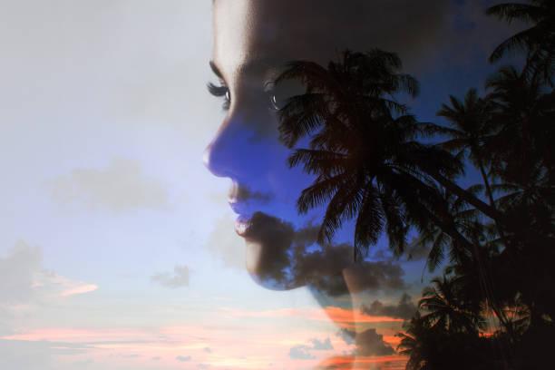 젊은 매력적인 갈색 머리. 젊은 아름다운 여자의 아름다움 초상화 - double exposure 뉴스 사진 이미지
